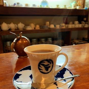 コーヒーはブレンドやキリマンジャロなど数種類。店内の照明は、廃材を利用して温かみのあるオレンジ色の光にしているそう。コーヒーとともに時間がゆったり流れていくのを感じます。