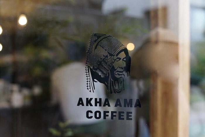 """2020年グランドオープンした「「AKHA AMA COFFEE ROASTERS TOKYO(アカアマコーヒーロースターズ トウキョウ)」」は、タイ・チェンマイに3店舗を構えるロースター。日本はここ神楽坂が1号店なんですよ。  店名は""""アカ族のお母さんのコーヒー""""という意味で、タイの少数民族・アカ族の村で栽培された豆を使っているのが特徴です。店内にディスプレイされたアカ族の民族衣装や繊細な刺繍にも注目してみてください。"""