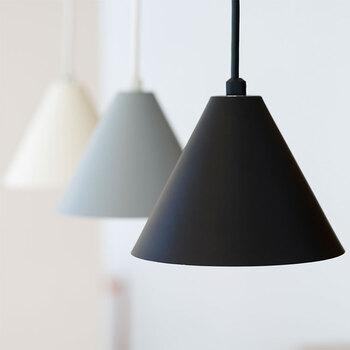 """インテリア小物では照明もぜひチェックしてみてください。こちらは、フィンランド語で""""いつも""""という意味のブランド「aina(アイナ)」のアイテム。シンプルでコンパクトな三角形の傘がかわいらしいですね。並べて取り付けるのもおすすめ。カラーの合わせ方次第で雰囲気が変わります♪"""