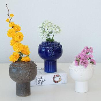 北欧デザイナーの巨匠スティグ・リンドベリさんがデザインしたフラワーベースです。ユニークな顔が描かれていて、お花を生けずにそのまま置いておくだけでも素敵なアイテム。男性と女性のデザインでそれぞれ3色のカラーバリエーションがあります。