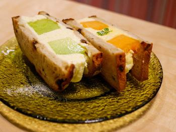 「生メロンのフルーツサンド」は、赤と緑、2種類の生メロンをそれぞれクリームでサンドし、香りや味わいの違いを楽しめるのが魅力。パンはメロンの香りと相性のいいレーズンパンを使ったり、クリームを自家製にしたりとこだわりが詰まっています。  その時期においしいメロンが食べられるので、ぜひ一度足を運んでみてはいかがでしょうか?
