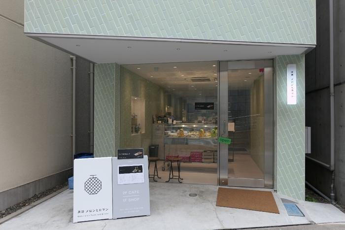 飯田橋・神楽坂どちらの駅からも歩いて7分ほどのところにある「果房 メロンとロマン」は、青森県つがる市が運営する日本初のメロン専門店。りんごと並びメロンの名産地でもあるため、もっと多くの人に愛される果物にしたいという想いでお店をオープンしたそう。もちろん、メニューはメロンづくし。カフェスペースは2階にありますよ。