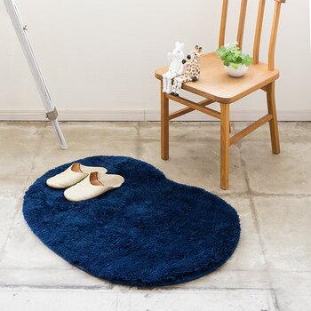 北欧の椅子やソファーなどと一緒にラグを使うと、より北欧らしい雰囲気が引き立ちます。こちらはふわふわ素材を使用した素足でも気持ちの良いラグです。丸洗いできるので、汚れてもすぐにケアできるのもメリット。数種類のカラーから選べます♪