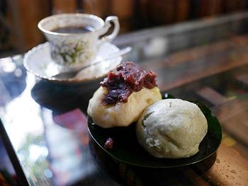 「マンヂウ」とは、いわゆる「おまんじゅう」のこと。全9種類のマンヂウは、注文を受けてから蒸し上げるのがこだわりです。よもぎや黒蜜などの素朴な味のほか、紅茶やチョコなどオリジナルの味も人気。抹茶やアルコールと一緒に、ふかふかモチモチのマンヂウをゆっくり味わってみてくださいね。