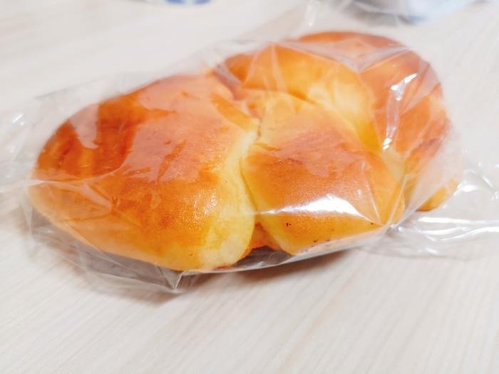 神楽坂駅から歩いて1~2分のところにある「神楽坂亀井堂」は、SNSで注目されているパン屋さんです。中でも人気なのが、クリームパン。午前中に売り切れてしまうこともあるほど人気の理由は、驚くほどのそのやわらかさ。焼きたてはトングで持てないほどやわらかいので、ヘラでそっと取るよう注意書きがあるんですよ。