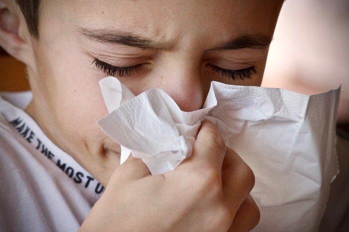 初めての食品を食べた時、子どもがどんな症状を起こすとアレルギーなのか判断つかないこともあります。下痢やじんましんといった症状をイメージするかもしれませんが、他にも色々あるのです。 ・目が痒くなったり充血する ・口の周りが赤くなる ・咳が出たり声が枯れる このような症状もアレルギー症状です。アレルギー食品というのは食べてから2時間以内に症状が現れます。症状の重さは個人差があるので、疑わしい場合はすぐに病院を受診するようにしてください。