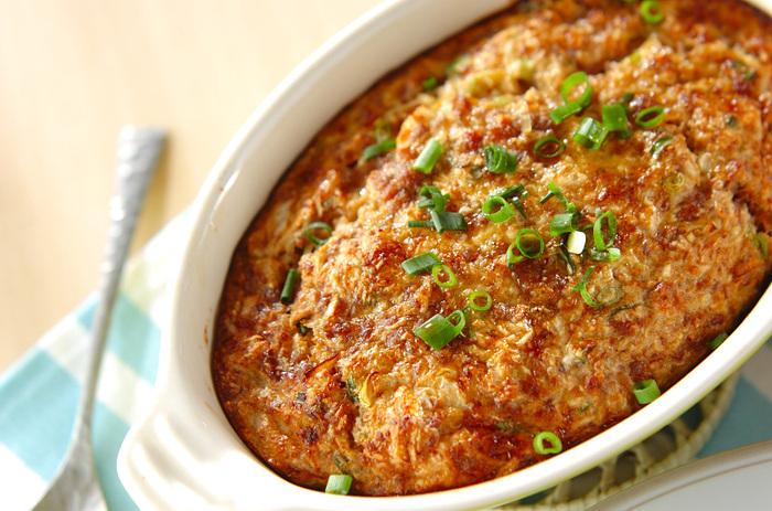 すり下ろした山芋に、合い挽き肉や卵、ネギを混ぜ、オーブンで焼いたとろろの和風グラタンレシピ。外側がサクサクなのに、とろろのおかげで中は驚くほどふんわり!その口当たりは感動で絶品の美味しさです。