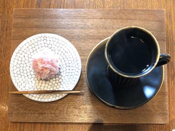 超有名店・「鍵善良房」のセカンドラインカフェである「ゼンカフェ(ZEN CAFE)」。上質な和菓子はもちろんのこと、和菓子と合うように工夫して焙煎されたコーヒーも見どころです。