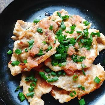 たっぷりの紅生姜をミキサーで液状になるまで攪拌したら、あとはオリーブオイルとお醤油を加えて豚肉を焼くだけ。そうすると、なんと生姜焼き風の一品ができあがります!  「紅生姜で、豚の紅生姜焼きをつくる」というアイデアは、大量消費術として重宝しますね!  ピンクの色合いもかわいい紅生姜たっぷりの生姜焼き。お弁当や晩酌にももってこいの一品ですよ。