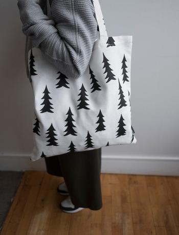 こちらは、スウェーデン発のブランド「Fine Little Day(ファインリトルデイ)」のトートバッグです。リネンとコットンでできた優しい素材で、ブラックのもみの木がシックなデザイン。男女問わず使えて、サイズにも余裕のある使い勝手の良いアイテムです。