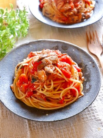 サバ缶の旨味、トマトの酸味、きのこの歯ざわりがバランスの良いレシピ。ソースをフライパンで炒めながら作っておいて、茹で上げたパスタを混ぜるので、彩りも鮮やかに仕上がります。ソースを作るときに、サバ缶の汁も入れることで、美味しさも格別なものに!