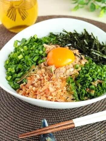 最近流行の台湾まぜそばを、サバ缶で作るレシピをご紹介。サバ缶は汁ごと使って、醤油や味噌でタレを作ります。にらやネギなどのトッピングを盛り合わせ、サバとサバのタレ、最後に卵黄をのせて完成。おろしニンニクやラー油を加えて、さらに美味しく!
