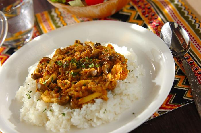 サバ缶はカレー風味ともマッチ!玉ねぎとしめじを炒め、カレー粉を加え、ソースやケチャップで調味して完成。炊きたてのご飯と一緒にいただくと、格別の美味しさです。サバ缶は汁ごと加えて、旨味たっぷりの仕上がりに。