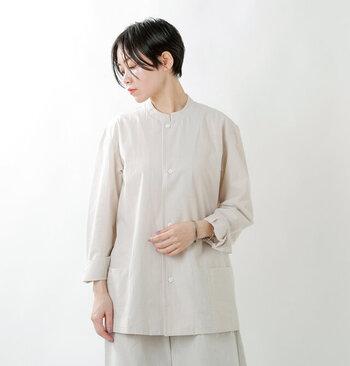 シンプルかつクリーンな印象のシャツには、オーガニックコットンを使用。美しいシルエットかつゆったりとした身幅で、羽織としても使えます。