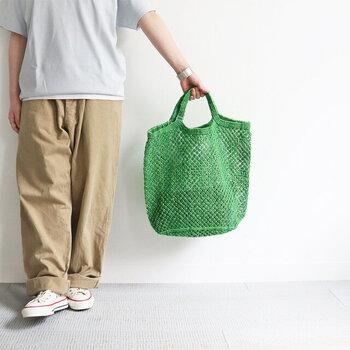 夏にぴったりのカラー・風合いのジュートバッグ。伝統技術と現代的デザインを組み合わせたアイテムです。