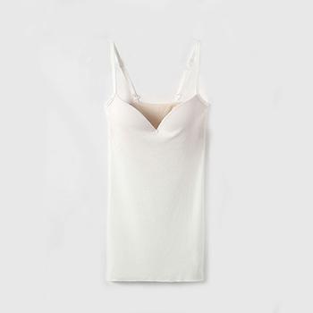 コットン100%でありながら、織り方の工夫でリネンのようなシャリ感を出したカップつきキャミソール。春夏にぴったりのアイテムです。