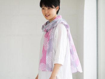綿100%で作られたガーゼストールは、暑くなるこれからの季節にぴったりのアイテム。「ロール捺染」という独自の技法を用いることで、裏表を違うカラーに染め上げているのが特徴です。使い込むほどに、どんどん肌触りがよくなっていくのもガーゼストールの大きな魅力。