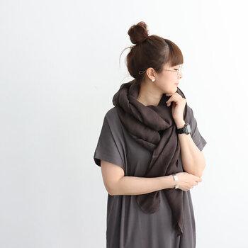 リネン×コットン素材で作られた、チャコールグレーの大判ストール。透け感のある軽めの素材で、日焼け対策や冷房対策にもぴったりな一枚です。首元に巻くのはもちろん、肩からバサッと羽織って腕まわり全体をカバーするのにも使えるサイズ感が魅力です。