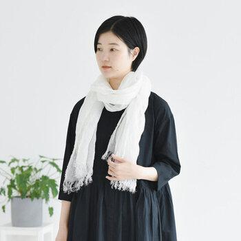 リネン糸をざっくりと織り上げ、日本で丁寧に染めた白のストール。ナチュラルなシワ感をあえて残すことで、シンプルなのにおしゃれを実現しています。エアリーな素材感なので、首元に巻くだけで涼しげな印象に♪