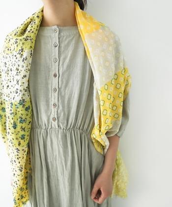 グリーンとイエローをミックスしたカラーリングで、花柄と小紋柄のコンビデザインに仕上げたストールです。巻き方によって柄や色の見え方が大きく異なるので、毎日使っても新鮮な気持ちで愛用できます。綿と絹をミックスした、滑らか素材で肌触りも◎