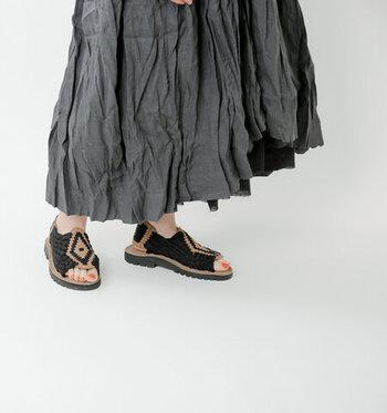 「ワラチ」と呼ばれる、メキシコの伝統的な編み込みサンダルをベースにしたハンドメイドの一足。かかとと甲をしっかりと包みこむデザインなので、涼しげな印象のサンダルながらもシューズライクに履けるのが特徴です。クッション性のある素材をインソールに採用しているので、歩いても疲れにくいのがうれしいポイント。