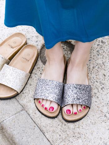 サッと履けるシンプルデザインのサンダルは、グレーとゴールドのメタリックカラーでシンプルになり過ぎないスタイリングにぴったり。シンプルコーデのワンアクセントとして、大活躍してくれるアイテムです。インソールが柔らかく立体的なので、素足で履いても疲れにくい設計もポイント。