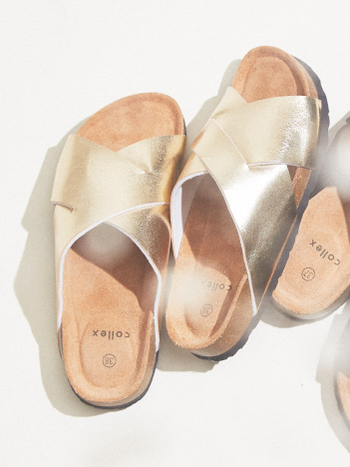 クロスデザインのサンダルは、ゴールドカラーを選べばシンプルながらもトレンドをしっかりと押さえた着こなしに。ワイドパンツやロングスカートの裾からチラ見せすれば、主張しすぎず程よいアクセントとして活躍してくれます。