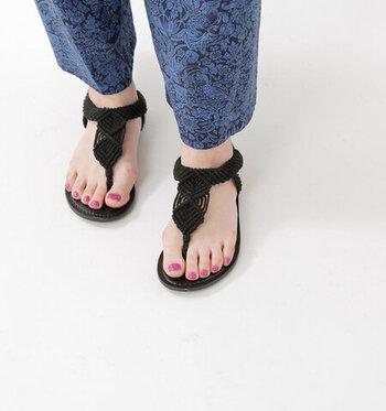 コットンコードを使用して編まれた、トングタイプのサンダルです。ナチュラルながらもエスニックな雰囲気があり、デイリーコーデに涼しげな印象をプラスしてくれます。バックストラップには伸縮性があるので、サッと履けて歩いてもずれにくいのが特徴です。