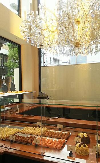 フランス本店で大人気のスイーツ店「Aux merveilleux de Fred(オー・メルヴェイユ・ドゥ・フレッド)」が神楽坂に初上陸しました。2020年6月にオープンしたばかりの店舗は、通りからも見える大きなシャンデリアがキラキラ輝いていますよ。