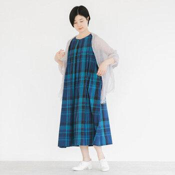 チェック柄のノースリーブワンピースに、ストールをショールのようにして羽織ったスタイリングです。ノースリーブの涼しさを活かしながら、二の腕カバーや日差し・冷房対策としても活躍してくれる万能コーディネートですね。