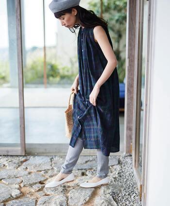 ノースリーブのシャツワンピースなら、一枚でそのまま着てもサマになる着こなしに。脚の露出や日差しが気になる場合は、シンプルなレギンスなどを合わせてスッキリとした印象のコーディネートにまとめるのがおすすめです。
