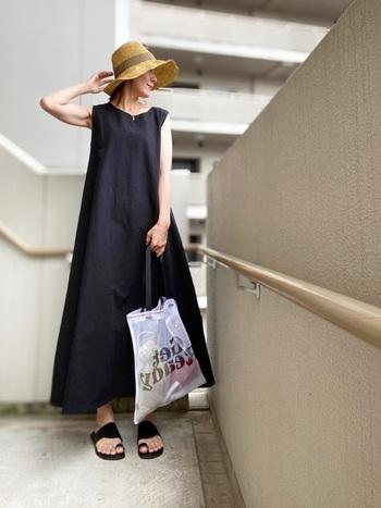 黒のフレアシルエットは、体型をゆったりとカバーしてくれるのが魅力。ノースリーブで腕が出ている分、ロング丈で足元をしっかりと隠してバランスを取って。帽子などの小物で、おしゃれ度アップのエッセンスをプラスすることも忘れずに♪
