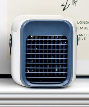 クーラーや扇風機などを付けていても、キッチンや洗面所、トイレなど暑いままの場所はありませんか?そんなときは持ち運べるミニ冷風扇がお役立ち。扇風機より涼しく、クーラーほど冷たくない水分を含んだ冷風は、空気が乾かず肌にも喉にも優しいです。水や氷を入れて自分にとって一番心地いい風も作れますよ。