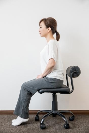 理想的な座り方ができれば、不調も出にくくなるはず。ここで椅子の座り方を正してみましょう。