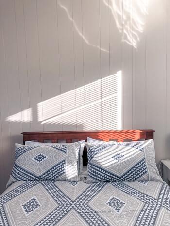日の光がジリジリ照り付ける夏は、遮光性の高いカーテンやブラインド、すだれなどを上手に利用しましょう。それだけで部屋に熱が入るのを軽減できますよ。