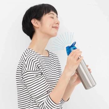いたってオーソドックスな水筒に見えますが、実はミストも出るアイデア商品!水分補給をしつつ、ミストでも涼めるので、1つで体の内側と外側両方うるおすことが出来ます。
