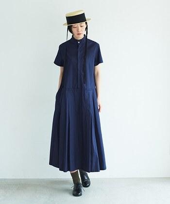 スタンドカラーの首元がかっこいい、深いブルーのワンピース。クラシカルな形のカンカン帽を合わせるなら、足元はきちんと感を出せるシューズがおすすめ。  深いブルーと、帽子のリボン&シューズの黒、そして帽子のペーパー素材でナチュラルカラーを加え、きれいな3色の夏のコーデに。ひとつ夏らしいファッションアイテムを加えるだけで、軽やかに印象チェンジできます。