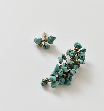 ■Vlas Blomme/天然石ブランチアシンメトリーピアス&イヤリング  ターコイズは独特のブルーを帯びたものが有名ですが、実はもっと薄い水色のものや、緑がかったもの、茶色や黒の模様が入ったものなど、さまざまな種類があります。強い守護の力を持ち、持ち主を災いから守ってくれます。  こちらのピアス&イヤリングのデザインは、自然本来の形を生かし、葡萄の房のように仕上げています。