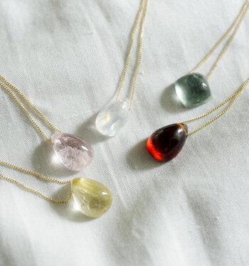 一般的にはその色やかたちの美しさからアクセサリーなどに加工できるものを「天然石」と呼ぶことが多くなっています。