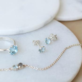 ■Carre Jewellery/ピアス Gem Candy Colour ブルートパーズ  ブルートパーズは、クリエイティブな力や表現力、集中力などを高める力を持った天然石だといわれています。淡く透き通るようなブルーがとても美しいですね。  こちらの一粒石のピアスは清楚で優雅なイメージ。涼し気な印象で夏の耳元にぴったりです。