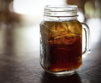 眠気覚ましに好まれるカフェインですが、妊娠中は胎児に悪影響と考え避ける人が多いでしょう。「ノンカフェイン」や「カフェインレス」など言いますが、その違いはなんでしょうか。  カフェインレスは、カフェイン量が少ないものをいい、カフェインゼロではありません。ノンカフェインは、元からカフェインが含まれていないもの、対してデカフェは、カフェインが含まれているものからカフェインを取り除いたものをいいますよ。
