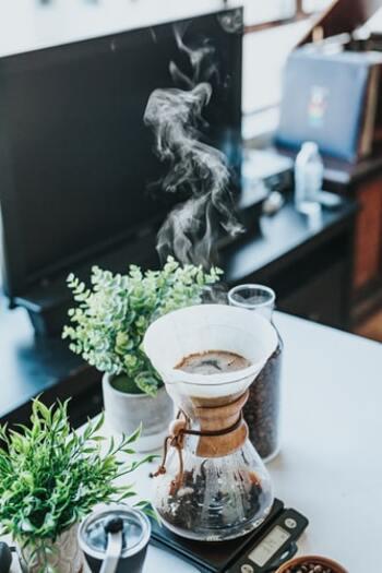 コーヒー豆を選ぶ時は、もともと酸味が強いかどうかや、深煎りと浅煎りどちらが適しているかなどをポイントにします。  おすすめの種類は、深い苦味と甘味が特徴で深煎りと相性が良いコロンビアや、苦味・酸味とも軽やかで甘い香りが特徴のブラジルです。