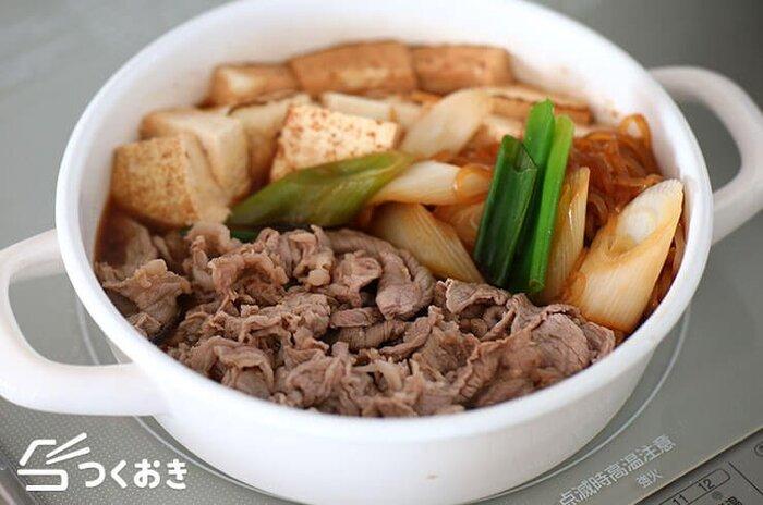 いろいろな具材が入った満足度の高い人気のおかず、肉豆腐のレシピです。みんなでテーブルを囲んで、鍋料理としてわいわい食べるのもいいですね!