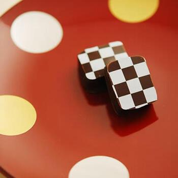 にごり酒×ミルクチョコ、辛口日本酒×ダークスイートチョコの2種の和風ボンボンショコラ。和食のデザートにも合いますね。