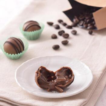 こだわりのコーヒー豆を使った、本格派のコーヒーボンボンショコラ。コーヒー好きな方におすすめの味わいです。ゆっくりと香りを楽しみながら、口どけを楽しみましょう。