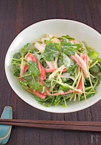 たっぷりの三つ葉で作るヘルシーなサラダ。三つ葉の風味が好きな人にもってこいのレシピです。カニカマを使えば、彩りもバッチリ◎