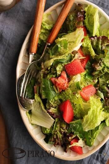 余った三つ葉は、いつものサラダに入れると簡単に食べ切ることができますよ。こちらは、サニーレタスとトマトのサラダに三つ葉をプラス。ごま油を効かせたチョレギサラダ風に仕上げています。