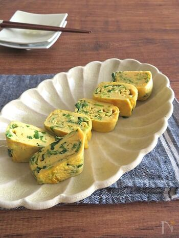 出汁の風味と相性の良い三つ葉は、出汁巻き卵にするのもおすすめです。お弁当にも、おつまみにも使えて便利ですね。ツナやちりめんじゃこを加えてアレンジしても◎