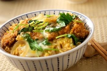 カツ丼を作る時も、三つ葉を入れるタイミングは卵と同じ。カツを揚げるのが大変な時は、お惣菜を使ってお手軽カツ丼を作ってみませんか?三つ葉を加えるひと手間で、おいしさぐっとアップ!