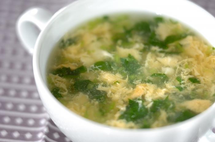 顆粒チキンスープの素をベースにした、やさしい味わいの卵のスープ。三つ葉を加えるとさわやかさがプラスされます。簡単に作れて、ホッとあたたまる一品。朝ごはんにいかがでしょうか。